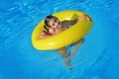 Λατρευτή χαλάρωση μικρών παιδιών στην πισίνα Στοκ Εικόνα