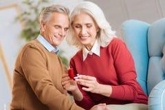Λατρευτοί ανώτεροι κυρία και κύριος που γιορτάζουν τη δέσμευσή τους Στοκ Φωτογραφία