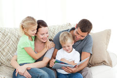 Λατρευτοί πατέρας και γιος που διαβάζουν ένα βιβλίο στοκ φωτογραφία με δικαίωμα ελεύθερης χρήσης