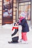 Λατρευτός λίγο ευτυχές κορίτσι που κάνει πατινάζ στην πάγος-αίθουσα παγοδρομίας Στοκ φωτογραφία με δικαίωμα ελεύθερης χρήσης