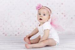 Λατρευτός λίγο κοριτσάκι με τα φτερά πεταλούδων Στοκ φωτογραφία με δικαίωμα ελεύθερης χρήσης