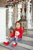 Λατρευτός λίγο ξανθό μικρό κορίτσι κοριτσιών σε ένα πουλόβερ με ένα χιόνι Στοκ Εικόνα