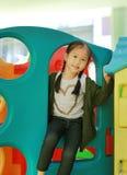 Λατρευτός λίγο ασιατικό θέατρο παιχνιδιών παιχνιδιού κοριτσιών παιδιών στην εσωτερική παιδική χαρά στοκ εικόνες