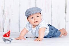 Λατρευτός λίγο μικρό παιδί που παίζει με μια βάρκα Στοκ Φωτογραφία