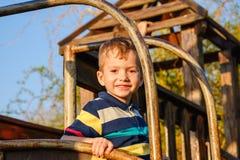 Λατρευτός λίγο χρονών αγόρι μικρών παιδιών 3-4 που έχει τη διασκέδαση στην παιδική χαρά, παιδί Στοκ εικόνες με δικαίωμα ελεύθερης χρήσης