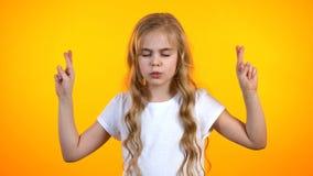 Λατρευτός το κορίτσι που διασχίζει τα δάχτυλα για την πίστη παρόντος γενεθλίων ονείρου στην τύχη στοκ εικόνα με δικαίωμα ελεύθερης χρήσης