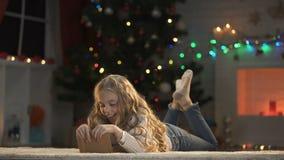Λατρευτός φάκελος φιλήματος παιδιών με την επιστολή για Santa, που περιμένει τα Χριστούγεννα παρόντα απόθεμα βίντεο