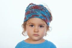 Λατρευτό ήρεμο κορίτσι που εξετάζει τη κάμερα και που φορά μπλε χειροποίητο headband στοκ φωτογραφίες με δικαίωμα ελεύθερης χρήσης