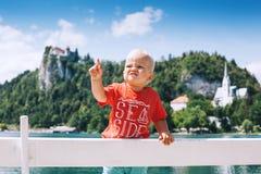 Λατρευτό αγόρι παιδιών στο καλοκαίρι στη λίμνη που αιμορραγείται και που αιμορραγείται Castl Στοκ εικόνες με δικαίωμα ελεύθερης χρήσης