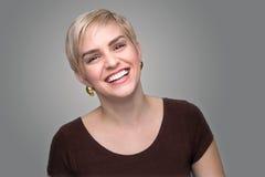 Λατρευτό γέλιου γυναικείου επικεφαλής πυροβοληθε'ν σύντομο pixie γκρίζο υπόβαθρο ύφους κουρέματος σύγχρονο στοκ φωτογραφία με δικαίωμα ελεύθερης χρήσης