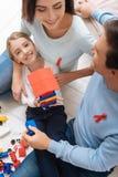 Λατρευτό γοητευτικό κορίτσι που κρατά ένα σπίτι παιχνιδιών Στοκ Φωτογραφίες