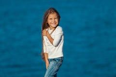 Λατρευτό ευτυχές χαμογελώντας μικρό κορίτσι στην παραλία Στοκ Φωτογραφία