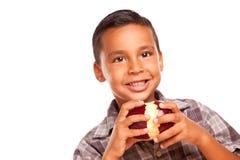Λατρευτό ισπανικό αγόρι που τρώει τη μεγάλη κόκκινη Apple Στοκ φωτογραφία με δικαίωμα ελεύθερης χρήσης