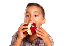 Λατρευτό ισπανικό αγόρι που τρώει τη μεγάλη κόκκινη Apple Στοκ Φωτογραφίες