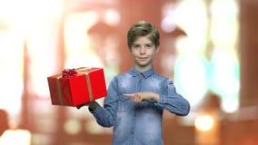 Λατρευτό κιβώτιο δώρων εκμετάλλευσης αγοριών απόθεμα βίντεο