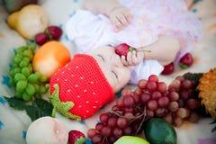 λατρευτό κορίτσι καρπών μ&omega Στοκ εικόνες με δικαίωμα ελεύθερης χρήσης