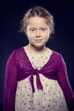 Λατρευτό κορίτσι με τη σγουρή τοποθέτηση τρίχας σε ένα στούντιο Στοκ Εικόνες