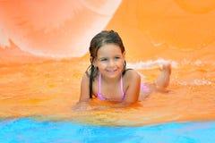 Λατρευτό κορίτσι μικρών παιδιών που απολαμβάνει τις θερινές διακοπές της στο aquapark Στοκ Εικόνες