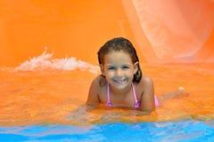 Λατρευτό κορίτσι μικρών παιδιών που απολαμβάνει τις θερινές διακοπές της στο aquapark Στοκ Φωτογραφίες