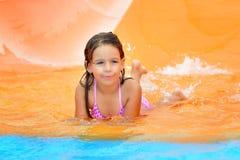 Λατρευτό κορίτσι μικρών παιδιών που απολαμβάνει τις θερινές διακοπές της στο aquapark Στοκ Φωτογραφία