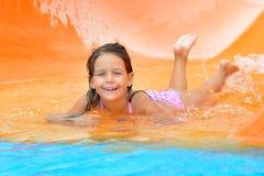 Λατρευτό κορίτσι μικρών παιδιών που απολαμβάνει τις θερινές διακοπές της στο aquapark Στοκ Εικόνα