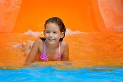 Λατρευτό κορίτσι μικρών παιδιών που απολαμβάνει τις θερινές διακοπές της στο aquapark Στοκ εικόνες με δικαίωμα ελεύθερης χρήσης