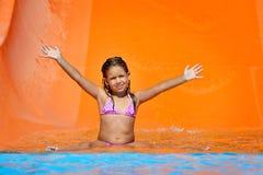 Λατρευτό κορίτσι μικρών παιδιών που απολαμβάνει τις θερινές διακοπές της στο aquapark Στοκ φωτογραφία με δικαίωμα ελεύθερης χρήσης