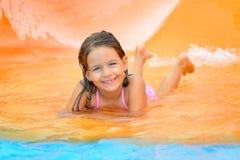 Λατρευτό κορίτσι μικρών παιδιών στη φωτογραφική διαφάνεια νερού στο aquapark Στοκ εικόνα με δικαίωμα ελεύθερης χρήσης