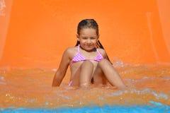 Λατρευτό κορίτσι μικρών παιδιών στη φωτογραφική διαφάνεια νερού στο aquapark Στοκ φωτογραφία με δικαίωμα ελεύθερης χρήσης