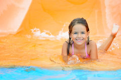 Λατρευτό κορίτσι μικρών παιδιών στη φωτογραφική διαφάνεια νερού στο aquapark Στοκ Εικόνες