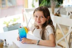Λατρευτό κορίτσι παιδιών στον καφέ με το coctail Στοκ εικόνες με δικαίωμα ελεύθερης χρήσης