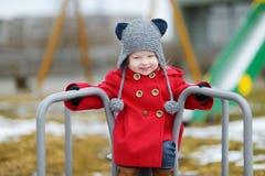 Λατρευτό κορίτσι που έχει τη διασκέδαση σε ένα playgroud στην άνοιξη Στοκ φωτογραφία με δικαίωμα ελεύθερης χρήσης