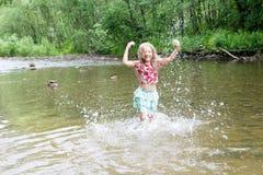 Λατρευτό κορίτσι στον ποταμό την ηλιόλουστη ημέρα στοκ φωτογραφία με δικαίωμα ελεύθερης χρήσης