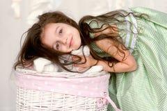λατρευτό κορίτσι φορεμάτων πράσινο λίγο χαμόγελο Στοκ φωτογραφία με δικαίωμα ελεύθερης χρήσης