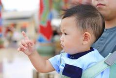 Λατρευτό λίγο αγοράκι που δείχνει κάτι με τον πατέρα φέρνει από το hipseat υπαίθριο o στοκ εικόνες