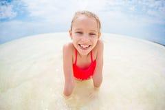 Λατρευτό μικρό κορίτσι κατά τη διάρκεια των διακοπών παραλιών που έχουν τη διασκέδαση Στοκ φωτογραφία με δικαίωμα ελεύθερης χρήσης