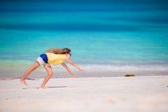 Λατρευτό μικρό κορίτσι κατά τη διάρκεια των διακοπών παραλιών που έχουν τη διασκέδαση Στοκ εικόνες με δικαίωμα ελεύθερης χρήσης