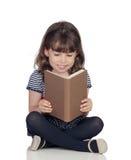 Λατρευτό μικρό κορίτσι με μια ανάγνωση βιβλίων Στοκ εικόνα με δικαίωμα ελεύθερης χρήσης