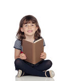 Λατρευτό μικρό κορίτσι με μια ανάγνωση βιβλίων Στοκ φωτογραφίες με δικαίωμα ελεύθερης χρήσης
