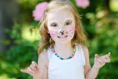 Λατρευτό μικρό κορίτσι με το χρωματισμένο πρόσωπο Στοκ Εικόνα