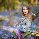 Λατρευτό μικρό κορίτσι που επιλέγει τα πρώτα λουλούδια της άνοιξη στα ξύλα Στοκ φωτογραφία με δικαίωμα ελεύθερης χρήσης