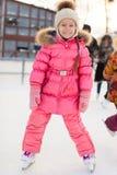 Λατρευτό μικρό κορίτσι που κάνει πατινάζ στην πάγος-αίθουσα παγοδρομίας Στοκ Φωτογραφία