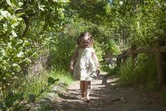Λατρευτό μικρό κορίτσι που περπατά κάτω από το μονοπάτι Στοκ φωτογραφία με δικαίωμα ελεύθερης χρήσης