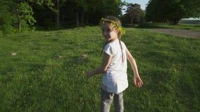 Λατρευτό μικρό κορίτσι που τρέχει μακριά και που χαμογελά steadycam πυροβολισμός κίνηση αργή φιλμ μικρού μήκους
