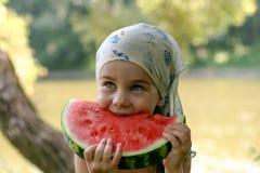 Λατρευτό μικρό κορίτσι που τρώει το καρπούζι Στοκ εικόνα με δικαίωμα ελεύθερης χρήσης