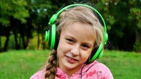 Λατρευτό μικρό κορίτσι που φλερτάρει και που χαμογελά απόθεμα βίντεο
