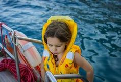 Λατρευτό μικρό κορίτσι σε ένα σακάκι ζωής που ταξιδεύει στη βάρκα Στοκ Εικόνα