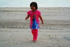 Λατρευτό μικρό κορίτσι στην παραλία Στοκ Εικόνες