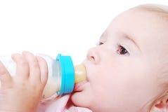 Λατρευτό μωρό με το μπουκάλι γάλακτος Στοκ Εικόνες