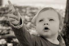 λατρευτό μωρό που δείχνει επάνω Στοκ Εικόνες